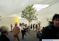 Många konstmässor har bra hemsidor som kan vara en väg ut på nätet om man kollar de deltagande gallerier. Det ger en bild av den internationella konstmarknaden.