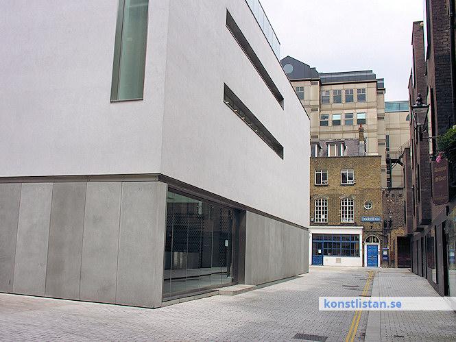 Det finns kommersiella gallerier och det finns gallerier som drivs av entusiaster, som klarar sin försörjning genom annat arbete.